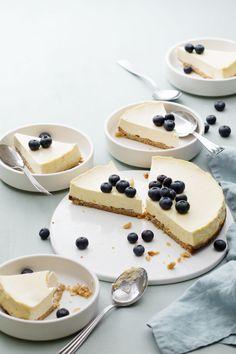 This Keto Raspberry Cheesecake Recipe will knock your socks off! It's a decadent keto dessert. Helado Keto, Keto Postres, Low Carb Cheesecake, Cheesecake Recipes, Dessert Recipes, Pecan Cheesecake, Low Carb Desserts, Low Carb Recipes, Comida Keto