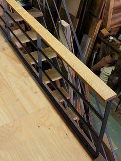 アイアンと無垢オークの笠木(カサギ)で製作のロフト用手すりになります。削り跡などをいかしたラフな仕上がりのオーク材と、無骨な無垢黒皮アイアン・・・