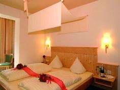Wohnen Sie in modernen Wine-Style Zimmern und herrlichem Talblick. Wine, Bed, Furniture, Home Decor, Style, Homemade Home Decor, Stream Bed, Home Furnishings, Beds