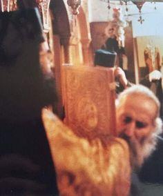 Σπάνια φωτογραφία: Ο Άγιος Γέροντας Ιάκωβος Τσαλίκης ασπάζεται το χέρι Ιερέως Byzantine Icons, Orthodox Christianity, Spiritual Life, Believe, Spirituality, Faith, Pictures, Spiritual, Loyalty