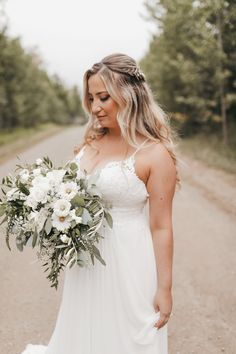 Our bride was married outside of Calgary on a farm near Bragg Creek. She wanted a wildflower inspired bouquet of white flowers and greenery. Her bouquet included cosmos, spray roses and snowberries. Photo Kadie Hummel #albertawedding #braggcreekwedding #wildflowerbouquet #whiteandgreenbouquet #bohobouquet #oversizedbouquet #calgary #calgaryflowers #summerweddingflowers #cosmos #snowberries #calgaryweddingflowers