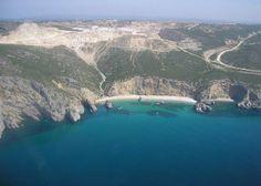 Este pequeno paraíso é mesmo em Portugal. Chama-se praia da Ribeira do Cavalo e é considerada a praia mais bonita de Sesimbra.