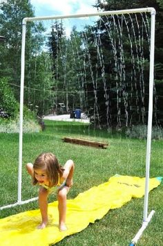 Voilà un exemple de douche d'extérieur pour rafraîchir et ravir les enfants. Sous forme de pluie l'eau s'écoule depuis un tube PVC percé dans le haut de la douche.
