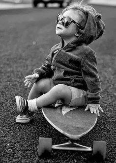 Simplemente un #bebé fashion .- #blanco y negro .- #patineta