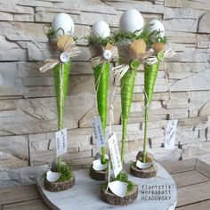 this idea would be super in any glass vase or glass, use imagination for top with any color egg, chick, rabbit, etc.This says: Ostern Easter Arts And Crafts, Easter Projects, Spring Crafts, Holiday Crafts, Diy And Crafts, Easter Flower Arrangements, Easter Flowers, Floral Arrangements, Deco Floral