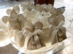 Bomboniere in bisso di lino italiano modello cuore, con cuori profumati. di Ricameria Marco Polo Confezioni e Bomboniere D'Elite | Foto 19