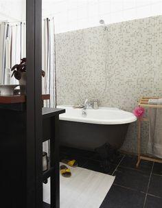 That white+gray+black clawfoot tub: An industrial space in Paris