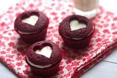 new twist on frosting a cupcake, could be done on a firm round cake too, cool!