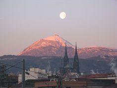 Ah, les volcans d'Auvergne… Vous savez, ceux que vous voyez dans les pubs télé. Vous verrez, c'est bien mieux de les voir en vrai. Allez, on vous en présente quelques uns  situé dans le PNR des Volcans d'Auvergne pour vous donner une petite idée du spectacle qui vous attend. Read more at http://www.sejour-touristique.com/vacances-en-france/sites-classes/parc-naturel-regional-de-france/parc-naturel-regional-des-volcans-d-auvergne-15-63.html#iuEz2Cb7zthVXqGL.99