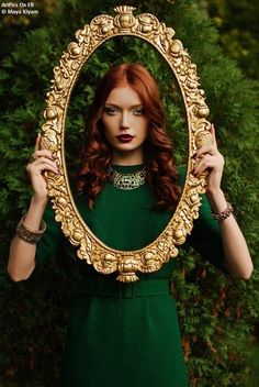 vintage style fashion, red hair, dark red lipstick and gold barroco frame. Foto Fashion, Red Fashion, Style Fashion, Green And Gold, Emerald Green, Emerald City, Royal Green, Shades Of Green, Green Colors