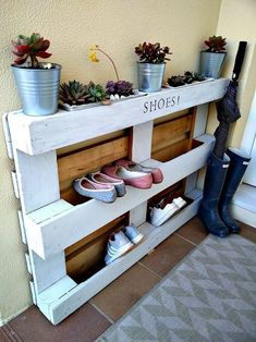 DIY Shoe Rack Ideas On a… Recycled Pallets, Wooden Pallets, Wooden Diy, Used Pallets, Diy Shoe Storage, Diy Shoe Rack, Storage Ideas, Shoe Racks, Wooden Pallet Projects