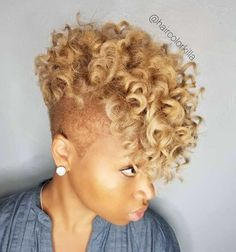 Curly Blonde Mohawk with Shaved Sides - Lange Haare Short Curly Hair, Short Hair Cuts, Curly Hair Styles, Curly Blonde, Curly Hair Shaved Side, Natural Hair Care, Natural Hair Styles, Blonde Natural Hair, Natural Beauty