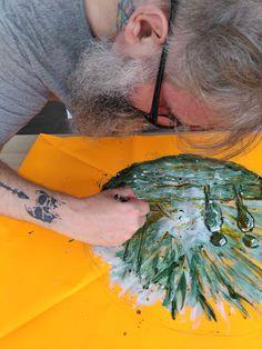 #drapeauphoniste aujourd'hui, c'est alessandro qui participe à la rencontre picturale en vue de l'élaboration du motif pour le drapeauphone qu'il portera le 19 septembre prochain @reseau_dedale @alessandro_barina #porterenaud #opera #čapek #orange #fluo #participativepainting #france #mulhouse #art #peinture #artiststudio #wip