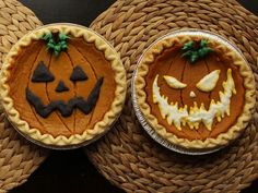 Turn store-bought pumpkin pies into spooky jack o'lanterns with this creative, time-saving tip. Get your 3 free stencils here, here, and here. Halloween How to Decorate Store-Bought Pumpkin Pies for Halloween Halloween Desserts, Menu Halloween, Postres Halloween, Halloween School Treats, Looks Halloween, Holidays Halloween, Happy Halloween, Halloween Decorations, Halloween Foods