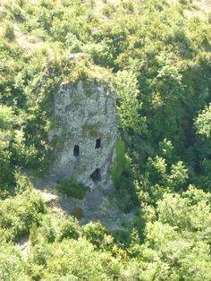 Habitations troglodites sur un ancien volcan : les Balmes de Montbrun #Ardèche Phuket, Easy Jet, Beau Site, Cheap Flight Tickets, Natural Homes, Ancient Ruins, Rhone, South Of France, Habitats