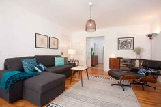 Wohnung in Lisboa, Portugal. This apartment has 2 rooms with double bed and a big sofá in the living room. Can accommodate 4 people. It's located in the heart of Alfama in a quiet area. It has all the necessary amenities to spend a great time.  Nice apartment in an old buildi...