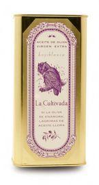 La Cultivada - Hojiblanca Een limited edition die door het familiebedrijf la Cultivada in Andalusië wordt gemaakt. Deze olijven zijn kenmerkend voor de streek. De productie wordt op duurzame wijze gedaan en voor de olijfolie worden alleen olijven (vroege oogst) direct van de boom gebruikt. Het persen gebeurt op eigen persen, zodat vermenigng met anderen kan worden vermeden. Deze zuivere olijfolie heeft een zuurgraad die lager is dan 0,1%.  www.bommelsconserven.nl
