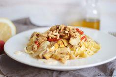 Pasta alle pere e parmigiano etwa 400 g Nudeln 4 Zweige Rosmarin Schale von einer Zitrone 2 feste, reife Birnen (etwa 350 g) 2 getrocknete Peperoncini  2 Knoblauchzehen 4 EL Pinienkerne 4 EL Olivenöl + ein bisschen 120 g Parmesan in Spänen