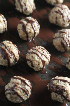 Chia Bites mit Kokos und Vanille Zutaten     1 Tasse Haferflocken     ½ Tasse Erdnussbutter     3 EL Honig     2 EL Kokosflocken     1 EL Chia Samen     ½ TL Vanilla od. 1 Pk. Vanillezucker     20 g dunkle Schokolade zum Dekorieren