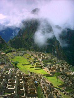 """Construída no século XV, Machu Picchu(em quíchua, Machu Picchu significa """"velha montanha"""") é também conhecida como """"cidade perdida dos Incas"""". Localizada no topo de uma montanha da cordilheira dos Andes, a 2400 metros de altitude, no vale do rio Urubamba, atual Peru, a cidade hoje é o principal símbolo do Império Inca, que foi destruído com a chegada dos espanhóis à região no século XVI."""