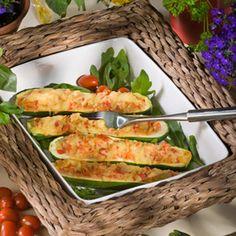 Zucchini halbieren und aushöhlen. Tomaten und Zwiebeln würfeln. Zusammen mit dem Inneren der Zucchini andünsten. Paprika dazugeben und kurz...