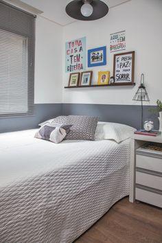 No dormitório, o morador queria algo da cultura popular, por isso foram usados os cartazes com visual de lambe–lambe (Flok) acima da cama. Projeto da designer de interiores Susan Mestrinelli
