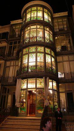 La Casa Lleó i Morera, proyecto del año 1902 del arquitecto Lluís Domènech i Montaner, sobre una reforma de la antigua casa Rocamora del año 1864, situada en el Paseo de Gracia 35 de #Barcelona