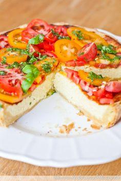 Parmesan-Tarte mit Tomaten-Salat | lecker macht laune Pizza Recipes, Veggie Recipes, Healthy Recipes, Empanadas, Quiches, Yummy Snacks, Yummy Food, Salad Cake, Snacks Für Party