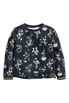 Sweatshirt: Long-sleeved top in light sweatshirt fabric with ribbing around the neckline and cuffs.