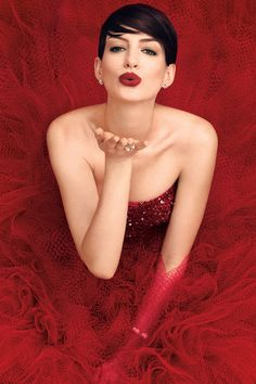 Anne Hathaway wears Giorgio Armani Privé dress poses for Harper's Bazaar cover November 2014 Anne Hathaway, Anne Jacqueline Hathaway, Beauty And Fashion, Love Fashion, Beautiful People, Most Beautiful, Beautiful Women, Beautiful Clothes, Cheveux Courts Funky