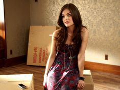 Lucy Hale as Aria Montgomery in Pretty Little Liars via abcfamily. she has a cute outfit :] Pretty Little Liars Episodes, Pretty Little Liars Aria, Pretty Little Liars Outfits, Pretty Little Liars Seasons, Grunge Look, 90s Grunge, Fashion Tv, Fashion Photo, Lucy Hale Outfits
