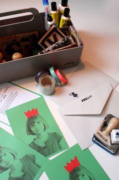 philuko's DIY Einladungen: Schwarzweißfoto auf buntem Karton und mit Farbe aufgepimpt