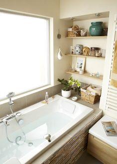 La salle de bains baignée de lumière