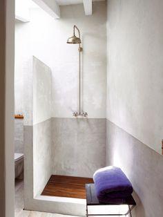 Beautiful shower With Tadelakt in 2 shades. Practical and nice with wood flooring in shower. Architecture Bathroom, Shower Room, Diy Bathroom Decor, Bathroom Inspiration, Interior, Elegant Bathroom, Rustic Bathrooms, Bathroom Interior Design, Bathroom Design
