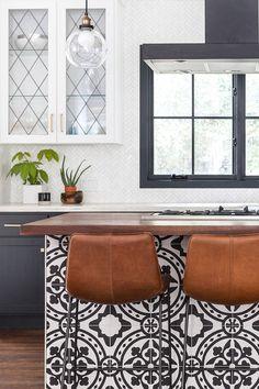 Mediterranean Kitchen Cement Black And White Tile Black And White Backsplash, White Kitchen Backsplash, Kitchen Island Decor, Boho Kitchen, White Kitchen Cabinets, White Tiles, Kitchen Redo, Home Decor Kitchen, Kitchen Design