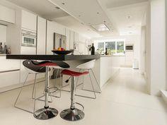 Maison de ville à la cuisine moderne en blanc épuré