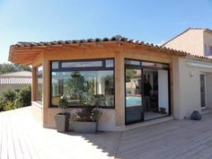 En voyant l'intérieur, c'est Sûr vous voudrez la Même !! https://www.homify.fr/livres_idees/953822/construction-d-une-veranda-panoramique-pour-un-magnifique-interieur