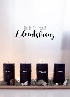 DIY moderner Adventskranz mit schwarzen Kerzen und Buchstaben Perlen.
