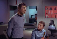 Star trek TOS S1E12 la conscience du roi / Spock s'inquiète du comportement du Capitaine, mais McCoy ne le croit pas