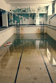 Beautiful photos of abandoned buildings and desolate places by Cari Ann Wayman Abandoned Buildings, Abandoned Mansions, Abandoned Places, Empty Pool, Parks, Casa Anime, Photo Location, Architecture, Old Houses