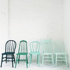 33 Reasons To DIY Painted Kitchen Chairs - El Balcón de Marisol - Chair Design Painted Chairs, Painted Furniture, Diy Furniture, Wooden Chairs, Kitchen Chairs Painted, White Kitchen Chairs, Painted Tables, Decoupage Furniture, Inexpensive Furniture