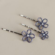 Hand beaded bobby pins - set of three - simple and easy to make Loc Jewelry, Hippie Jewelry, Beaded Jewelry, Beaded Bracelets, Wedding Hair Clips, Bridal Hair Pins, Beaded Flowers Patterns, Barrettes, Hair Decorations