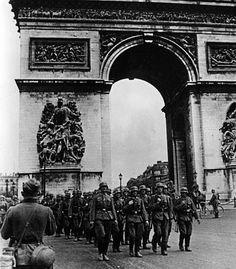 Défilé allemand devant l'Arc de Triomphe de Paris, le 14 juin 1940.