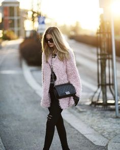 black and fur // this pastel pink fur coat adds a feminine touch to the all black ensemble. makes the outfit perfect for a chilly spring day! Estilo Fashion, Ideias Fashion, Fall Winter Outfits, Autumn Winter Fashion, Fashion Week, Love Fashion, Fashion Editor, New Outfits, Cute Outfits