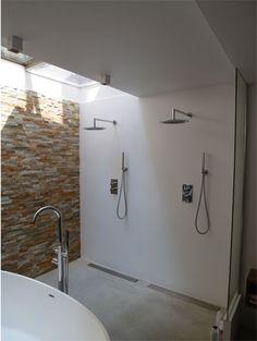 Skylight on other side of shower Dubbele douche in badkamer en suite in  souterrain grachtenpand te Amsterdam | BNLA