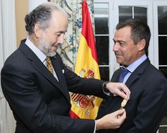 Momentos en que el cónsul honorario de España en Punta Cana, Javier Moreno, fue reconocido por el Gran Maestre de la Real Orden de Isabel la Católica, Rey Felipe VI, con la Cruz de Oficial.