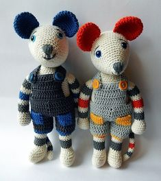 Mice with dungarees - free crochet dungarees pattern with link for free mouse. Patterns in English and German at Amilovesgurumi Diy Crochet Toys, Crochet Mouse, Crochet Patterns Amigurumi, Cute Crochet, Crochet For Kids, Amigurumi Doll, Crochet Animals, Crochet Baby, Crochet Projects