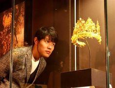 俳優・鈴木亮平さん、九博のアフガニスタン展をPR