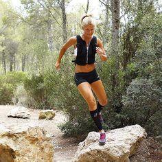 Full fart i skogen med effektiv löpträning. Running Pose, Running Wear, Girl Running, Trail Running, Running To Stand Still, Just Run, Nordic Walking, Triathlon, Bikini Competition Training