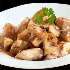 Esta receta de pollo salteado con champiñones se prepara en pocos minutos y resulta un plato sabroso y ligero, perfecto para improvisar una cena al minuto.